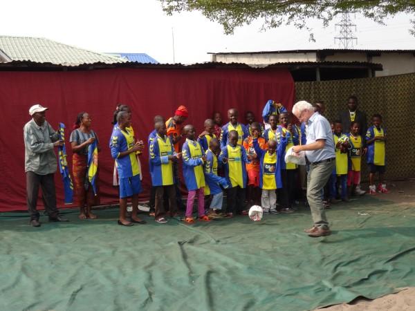 Bob Haanstra bezoekt Congo met overtollige shirts OV '54