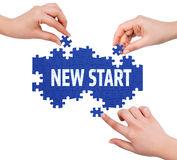handen-met-raadsel-die-nieuw-beginwoord-maken-53698302